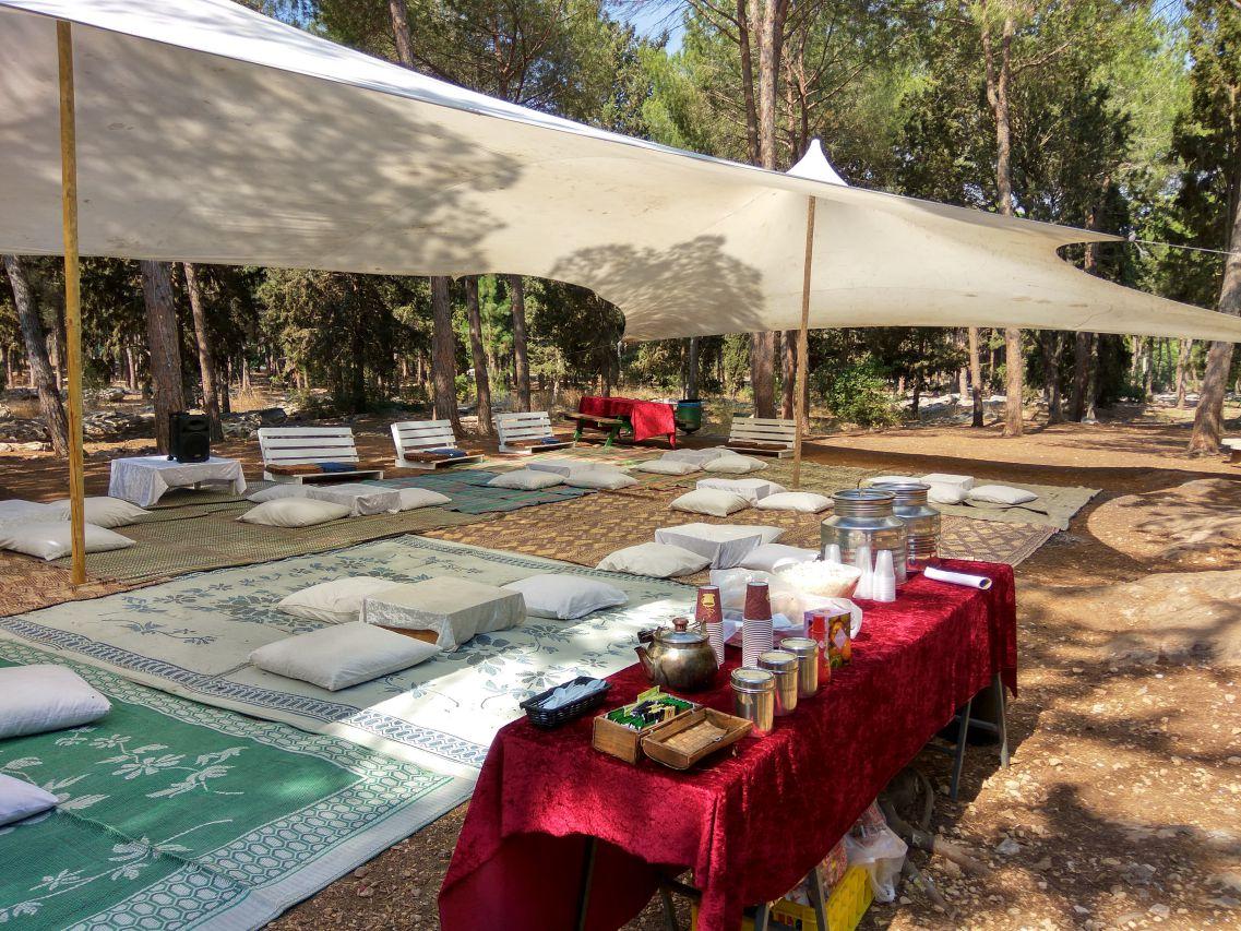 הפקת אירוע בטבע, מאהל לבן כריות ומחצלות