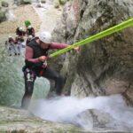 תמונה של עובד מטפס על מפל