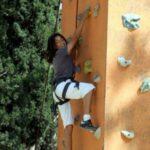 תמונה של ילד מטפס על קיר ביום גיבוש