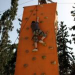 תמונה של ילדים מטפסים על קיר במהלך יום גיבוש